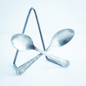 crossed-spoons-plate-stand